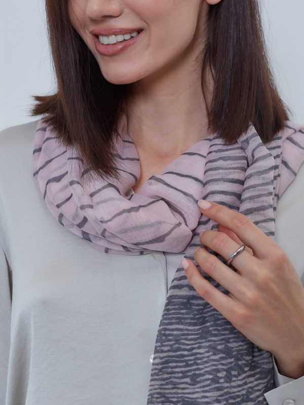 Палантин женский розово-серый